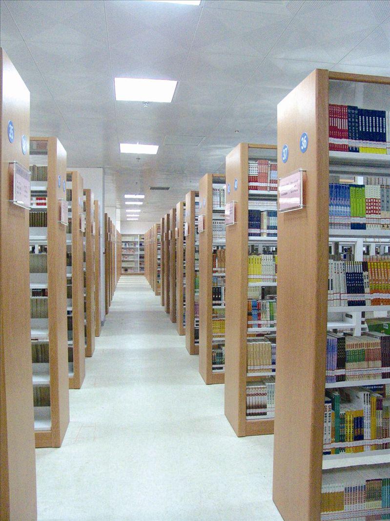 学校图书馆藏书室
